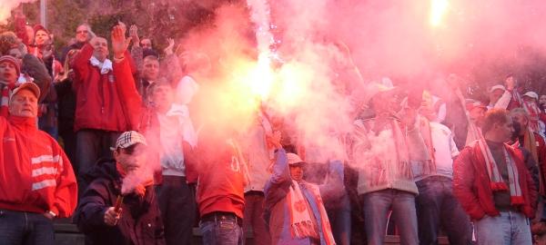 Bilde av publikum og fyrverkeri i opprykkskamp mot Ullern